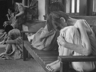 Tieto fotografie zobrazujú hrozné podmienky v ktorých žili pacienti v  nemocnici pre duševne chorých v roku 1946 549be47f83b